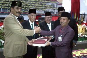 Gubernur dan Wakil Gubernur, menyerahkan LKPJ ke Ketus DPRD, Kamis (30/07).