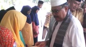 Foto: Bupati Lingga H Daria, menyerahkan bantuan dalan acara buka bersama Pers di Gedung Daerah. Ard
