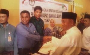Ilyas Sabli, saat menyerahkan formulir pendaftaran ke KPUD Natuna