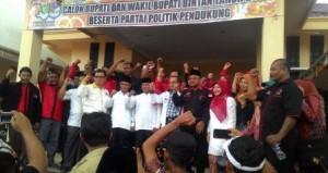 Pendukung Khazalik dan Indra Setiawan,foto bersama di depan kantor KPUD Bintan setelah Mendaftar