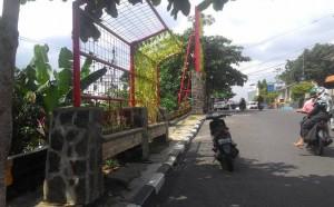 Bangunan taman permanen di trotoar Jl. Diponogoro, hasil karya Dinas Kebersihan, Pertamanan dan Pemakaman Kota Tanjungpinang
