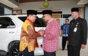 Lis Darmansyah, Walikota Tanjungpinang bersalaman bersama Harry Azhar Aziz, saat menyambut Kedatangan rombongan BPK RI, (11/09/).