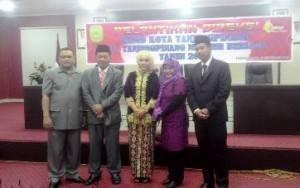Dirut, Drs Asep Nana Suriana dan Direktur Operasional, Zonderfan Serta Mantan Dirut BUMD Kota Tanjungpinang, Foto bersaa usai pelantikan, (23/09).