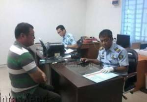 Petugas kantor Imigrasi Kelas I Kota Tanjungpinang, melayani warga yang sedang membuat Passport, (29/09).