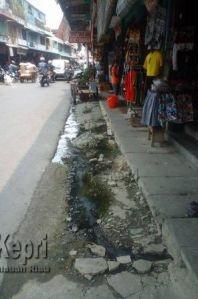 Drainase di Jalan pasar ikan tersumbat