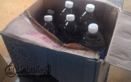 Air mineral merek sanford kemasan 1500 Mililiter, yang terdapat serbuk-serbuk halus yang baru di beli salah seorang pedagang warung, (27/09).