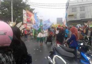 Walau hujan dan macet, Warga padati jalan saksikan Festival Budaya Melayu, (26/10).