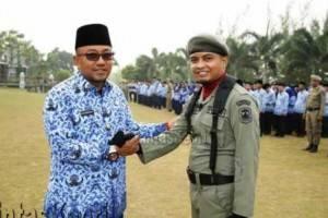 H. Lis Darmansyah, SH, Walikota Tanjungpinang, menyalami komandan upacara memperingati Hari Kesaktian Pancasila, (01/10).