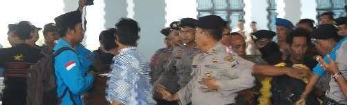 Mahasiswa bentrok dengan aparat kepolisian saat menggelar demo di gedung DPRD Kepri, (09/10)