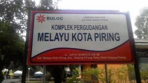 Plang komplek Pergudangan Bulog Divre Riau dan Kepri Sub Divre Tanjungpinang Melayu Kota Piring, yang beralamat di jalan Gatot Subroto Kilometer 5 bawah