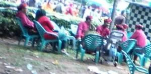 Para Kadis, Asisten, Camat dan Lurah Santai di warung, sedangkan walikota bercucuran keringat sedang berdiri diatas panggung kehormatan Karnaval Pawai Pembangunan, (27/10).
