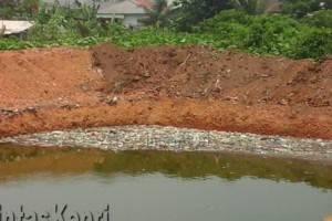 Sampah menumpuk di permukaan kolam resapan air di Jalan Perintis Kelurahan Sei Jang Tanjungpinang, Senin (12/10). Foto : SYAH