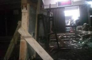 Toko Kaca dan Almunium, Sinar Alum, di Jalan Gatot Subrotot Subroto batu 5 bawah, dimana kedua korban bekerja dan tertimpa kaca.