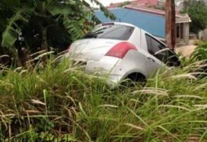 Setelah enyenggol sepeda motor Vario, akhirnya mobil menabrak tiang listrik