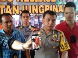 Kapolres Tanjungpinang AKBP Kristian Siagian saat menggelar konferensi pers kasus pencurian spesialis rumah mewah, (10/11).