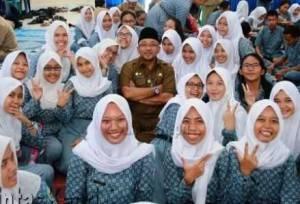 Walikota Tanjungpinang, Lis Darmansyah SH saat Foto Bersama Siswa SMKN 1 Tanjungpinang.