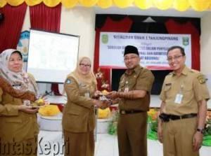 Walikota Tanjungpinang, Lis Darmansyah SH saat Foto Bersama Kepsek SMKN 1 Delisbeth, S.Pd dan Ka.Disdik Kota Tanjungpinang, HZ. Dadang AG.