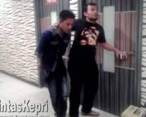 Meckel Husen (Kemeja Biru) Pelaku Penusukan yang Diamankan Polres Tanjungpinang.