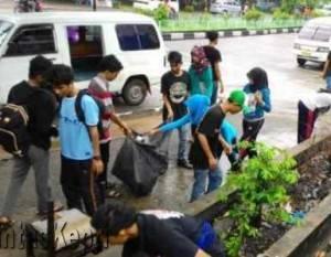 Para Mahasiswa Kepulauan Riau sedang mungut Pungut Sampah Jl. Raja Ali Haji Tanjungpinang