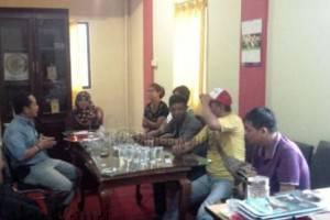 Kepala BUMD Kota Tanjungpinang, Asep Nana Suryana saat berdialog dengan pedagang di Kantor BUMD Jalan Potong Lembu