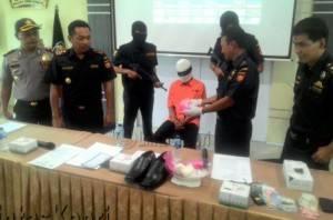Kepala Bea Cukai Tanjungpinang, Duki (dua dari kiri) ketika memperlihatkan tersangka berikut barang bukti