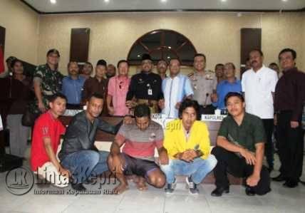 Foto bersama pada mediasi kasus lahan Stisipol dan Hengky Suryawan di Makopolres Tanjungpinang