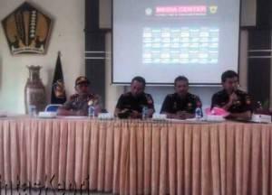 Kepala KPPBC Tipe Madya Pabean B Tanjungpinang, Duki Rusnadi (dua dari kiri)
