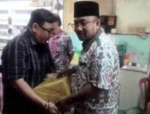 Walikota Tanjungpinang, Lis Darmansyah saat Menyerahkan Paket Bantuan kepada RT/RW yang Merayakan Imlek di Kedai Kopi Pagi Sore.