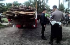 petugas satlantas Polres Tpi terlihat konsen periksa dokumen kendaraan pada saat razia di Pamedan Tpi