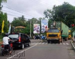 Dua Unit Truk Kontainer Yang Melintas Di Wirato