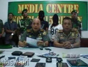 Dandim 0315/Bintan Letkol Inf Charles S Sagala SH didampingi Kapolres Tanjungpinang AKBP Kristian Siagian menerangkan keberhasilan penangkapan bandar narkotika di Makodim 0315 Bintan