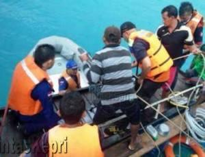 Tim Gabungan Saat Melakukan Evakuasi Korban Kapal Tenggelam