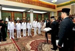 Gubernur Kepri, Muhammad Sani saat melantik 3 Bupati/Wakil Bupati di Gedung Daerah Tanjungpinang, Rabu (17/2)
