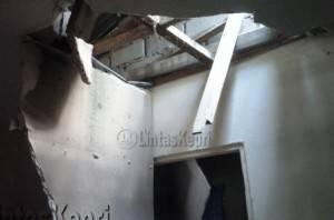 Plafon rumah bagian dapur bolong akibat tertimpa pohon