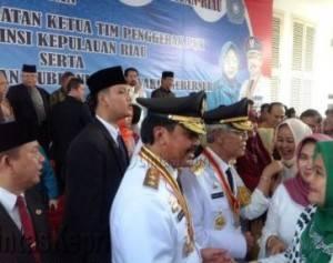 Gubernur/Wakil Gubernur Kepri Terpilih, HM.Sani-Nurdin Basirun saat disalami masyarakat dan tamu undangan