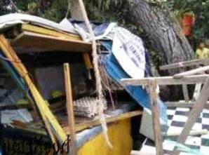 Inilah Kios yang tertimpa pohon raksasa