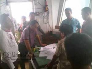 Bupati Lingga Alias Wello mengecek dokumen kapal dan ijin diatas kapal yang ditangkap warga Lingga itu