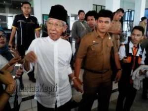 Gubernur Provinsi Kepri HM Sani saat diwawancara wartawan usai menghadiri pengesahan tiga Ranperda menjadi Perda di kantor DPRD Kepri Dompak