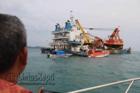 Kapal Salvage 8 saat ditangkap diamankan Poskamla TNI AL IV Pos Penjagaan Desa Cempa, di Perairan Lingga, Minggu (26/3) Siang.