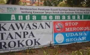 Inilah spanduk bertuliskan kawasan tanpa rokok di RSUD namun hanya slogan saja