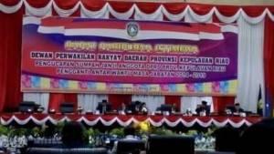 Ketua DPRD Kepri Jumaga Nadeak memimpin paripurna istimewa terbuka pengucapan sumpah janji anggota DPRD pengganti antar waktu perode 2014-2019