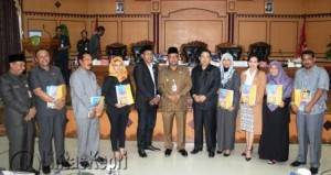 Ketua DPRD Tpi Suparno didampingi Wakil Ketua I dan II DPRD Ade Angga plus Ahmad Dani foto bersama Walikota Tanjungpinang Lis Darmansyah