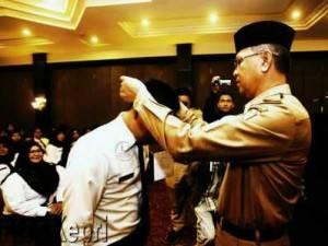Wakil Wali Kota Tanjungpinang H Syahrul S Pd memasangkan tanda peserta Diklat