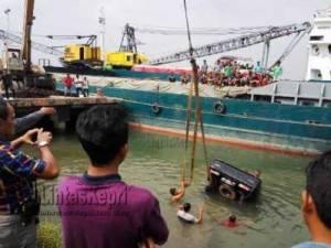 Saat evakuasi Mobil Pick Up terjun kelaut di Pelabuhan Sri Payung Tanjungpinang