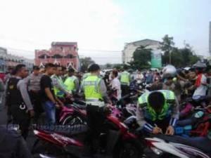 Polisi mengamankan belasan sepeda motor yang melakukan aksi balapan liar di Jembatan I Dompak