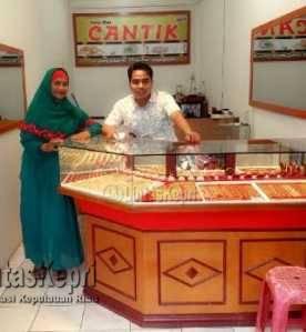 Rijal, pengusaha sekaligus pemilik toko emas cantik new (baju putih) di lorong gambir pose bersama pelanggannya