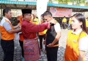 Wakil Bupati Bintan, Dalmasri Syam melakukan Penyematan Atribut Petugas Sensus Ekonomi, di Halaman kantor BPS Kabupaten Bintan, Jumat (18/3).
