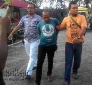 Terlihat Seorang pria diduga pelaku Kriminal Digiring petugas di Makopolres Tanjungpinang