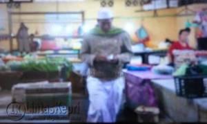 Terlihat anggota LPI Tanjungpinang, melakukan Swiping daging ayam bercampur babi di Pasar Potong Lembu,