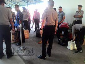 Terlihat aparat kepolisian gabungan razia penumpang dan barang di pelabuhan Sri Bintan Pura Tanjungpinang